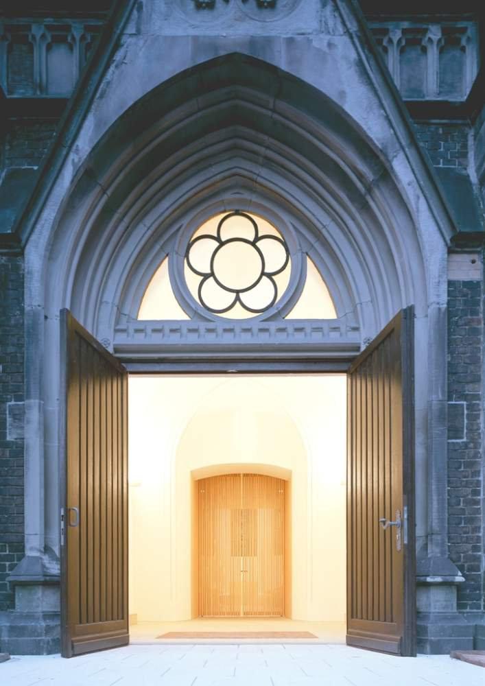Mit Klick auf die Kirchentür kommen Sie zu unseren weiteren Seiten; Quelle: Matthäuskirche Mannheim; Architektur: Lamott + Lamott, Stuttgart, Foto: Huthmacher, Berlin