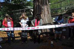Frauen der Frauenpilgerweges beim durchschneiden des Banners zur Eröffnung des Weges; Quelle: Karin Lackus / ZfK